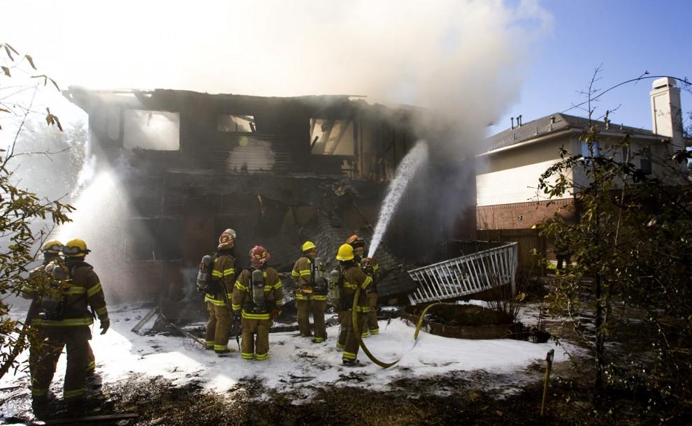 1) На снимке - пожарные тушат здание на севере Остина 18 февраля 2010. (Jay Janner/AMERICAN-STATESMAN)