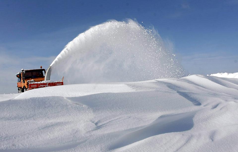 2) Снегоочиститель работает недалеко от венгерских местечек Фони и Вильмани. Из-за сильных снегопадов в минувшие выходные некоторые дороги стали . (Vajda Janos/European Pressphoto Agency)