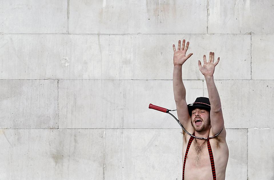 4) Мужчина показывает трюк на Трафальгарской площади в Лондоне. (Stefan Wermuth/Reuters)