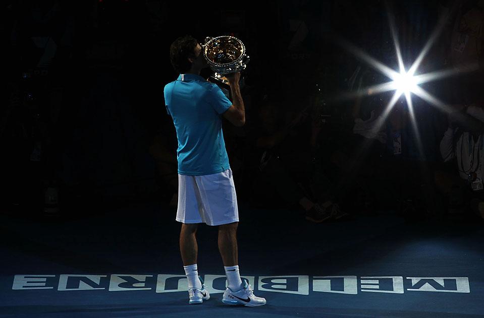 5) Швейцарец Роджер Федерер целует Кубок после победы над британцем, Энди Мюрреем на Открытом чемпионате Австралии по теннису в Мельбурне воскресенье. Выиграв кубок, Роджер Федерер, в 16-й раз стал победителем турнира Большого шлема, что является абсолютным рекордом. (Lucas Dawson/Getty Images)
