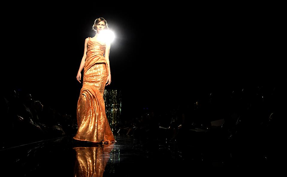 6) Модели продемонстрируют платья от Tony Ward на показе весенне-летней коллекции в Риме. (Andrew Medichini/Associated Press)