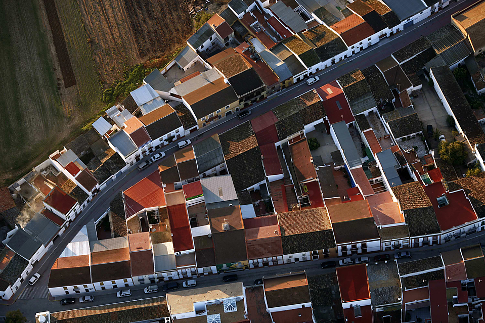 9) Аэроснимок домов в испанском городе Рочиана (Rociana). (Marcelo del Pozo/Reuters)
