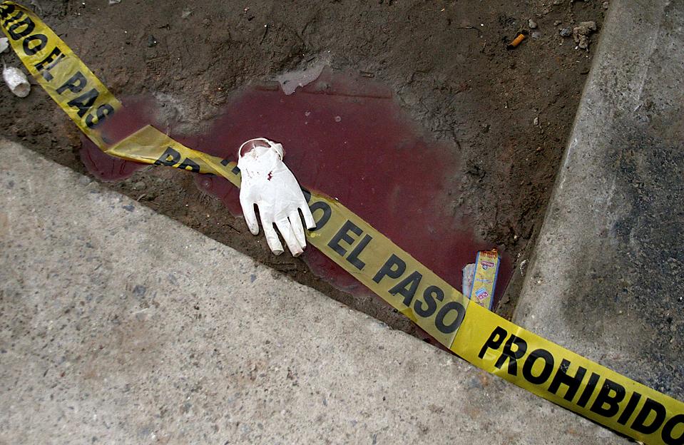 12) Лента в крови на месте преступления в городе Сьюдад-Хуарес, Мексика. Как утверждает полиция мужчина, вероятней всего находящийся под воздействием наркотиков ворвался на вечернику в школе, во время которой праздновали день рождения и убили 14 человек. (Alejandro Bringas/Reuters)