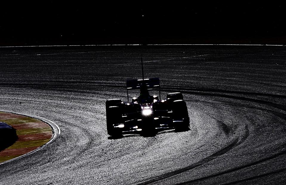 14) Пилот Формулы Один Фелипе Масса из команды «Ferrari» за рулем своего гоночного автомобиля во время тест-драйва на треке в Честе, Испания. Знаменитый бразилец получил перелом костей черепа в результате аварии на Гран-при Венгрии в июле прошлого года. (Daniel Ochoa de Olza/Associated Press)