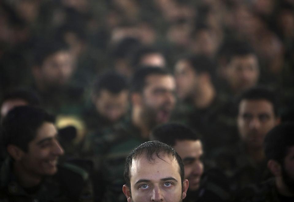 15) Бойцы спецназа принимают участие в церемонии на кладбище в Тегеране, Иран, в связи с годовщиной Исламской революции. (Morteza Nikoubazl/Reuters)