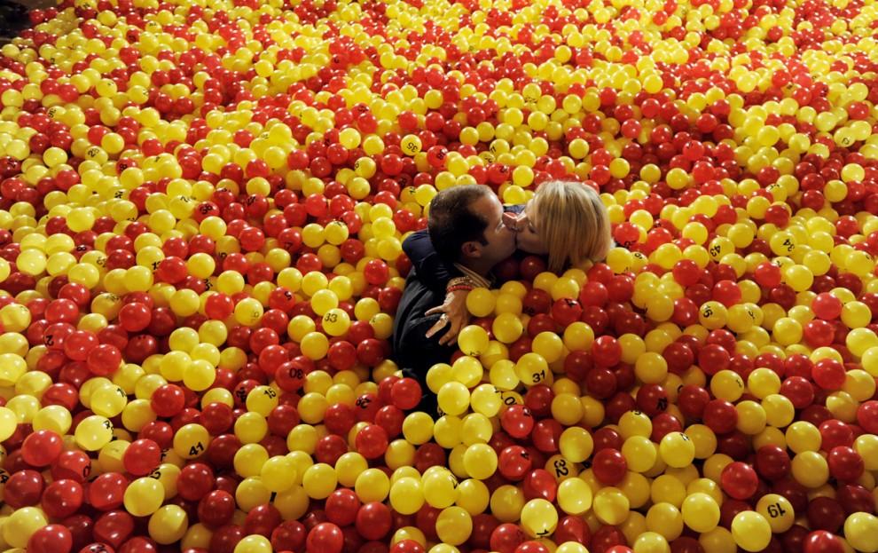 3) Карл и Холли Болдуины из Нью-Мексико целуются во время рекламной акции на Центральном вокзале в Нью-Йорке. Болдуины выиграли в лотерею. (Justin Lane/European Pressphoto Agency)