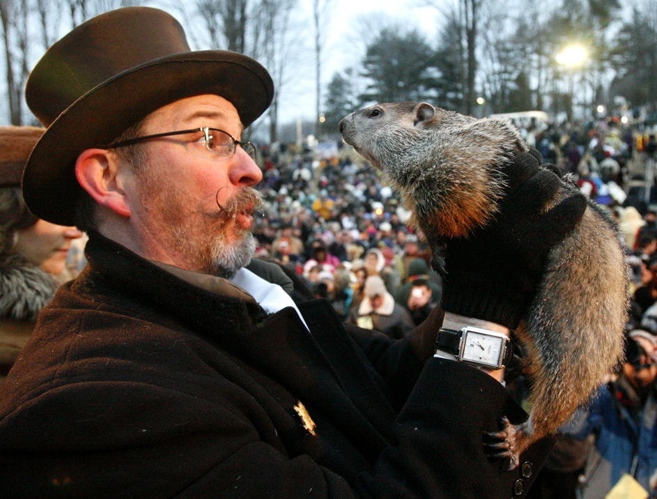 """4) Бен Хьюз держит сурка Фила, который, выйдя из норы, """"увидел"""" свою тень в городке Панксутони, штат Пенсильвания. В соответствии с традицией, это означает, что всех нас ждет еще шесть недель зимы. (Gene J. Puskar/Associated Press)"""