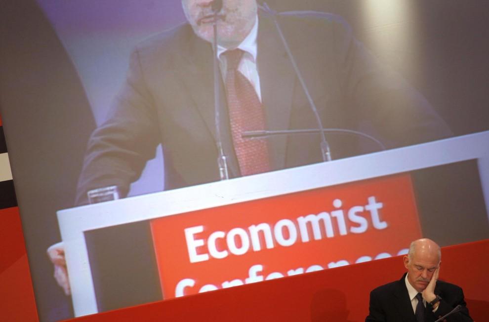 7) Премьер-министр Греции Георгиос Папандреу, в правом углу, во время конференции в Афинах. В попытках сократить дефицит бюджета Греция приняла решение продолжить замораживание заработной платы гражданских служб. (Kostas Tsironis/Bloomberg)