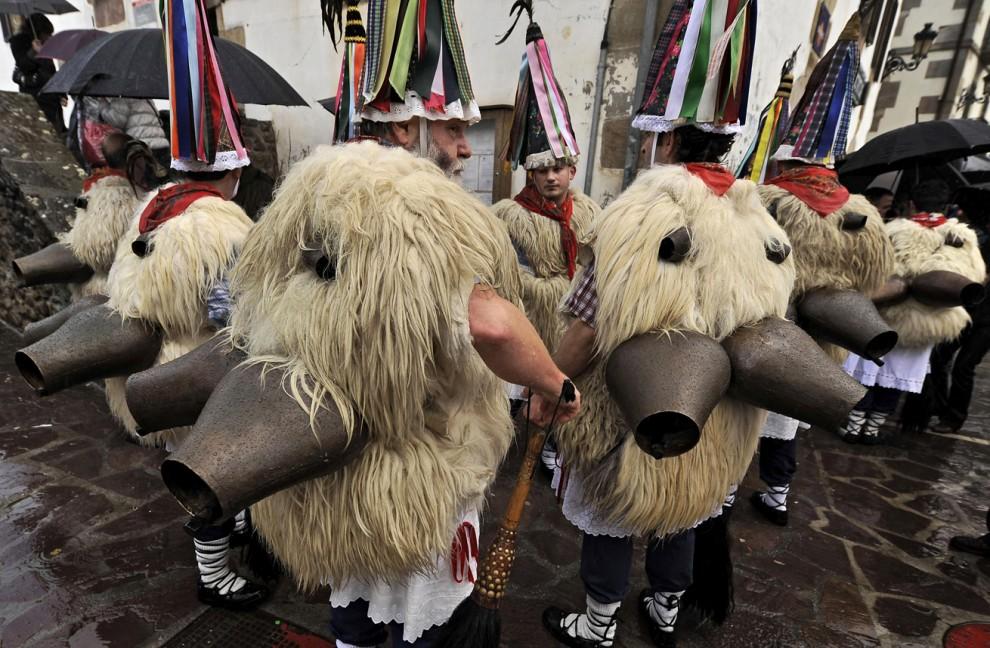 11) Люди в традиционных овчинных костюмах во время шествия по испанской деревне Итурен. Целью подобного шествия является приветствие весны и очищение земли от злых духов. (Alvaro Barrientos/Associated Press)