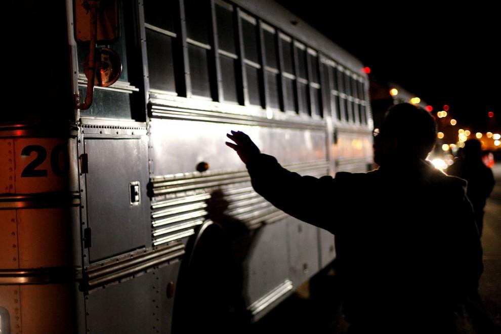 14) Член профсоюза притормозил автобус, в котором едут рабочие-штрейкбрекеры. Снимок сделан на шахте Рио Тинто в городе Бор, Калифорния. На шахте более 500 рабочих были отстранены от работ, после того как компания и профсоюз не смогли достичь соглашения. (David McNew/Getty Images)