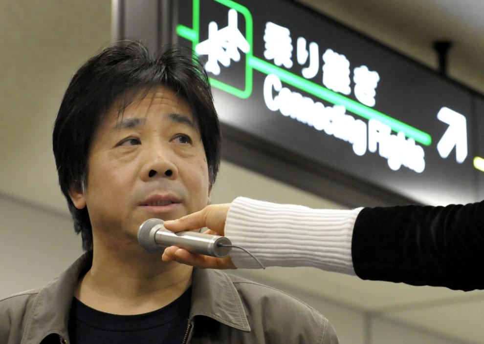 15) Китайский активист, защитник прав человека, Фэн Чжэнху дает интервью средствам массовой информации в Международном аэропорту Нарита в Японии. 55-летний правозащитник, который провел в японском аэропорту более трех месяцев, говорит, что китайские чиновники наконец-то дали ему разрешение на возвращение в родную страну. (Toshifumi Kitamura/Agence France-Presse/Getty Images)