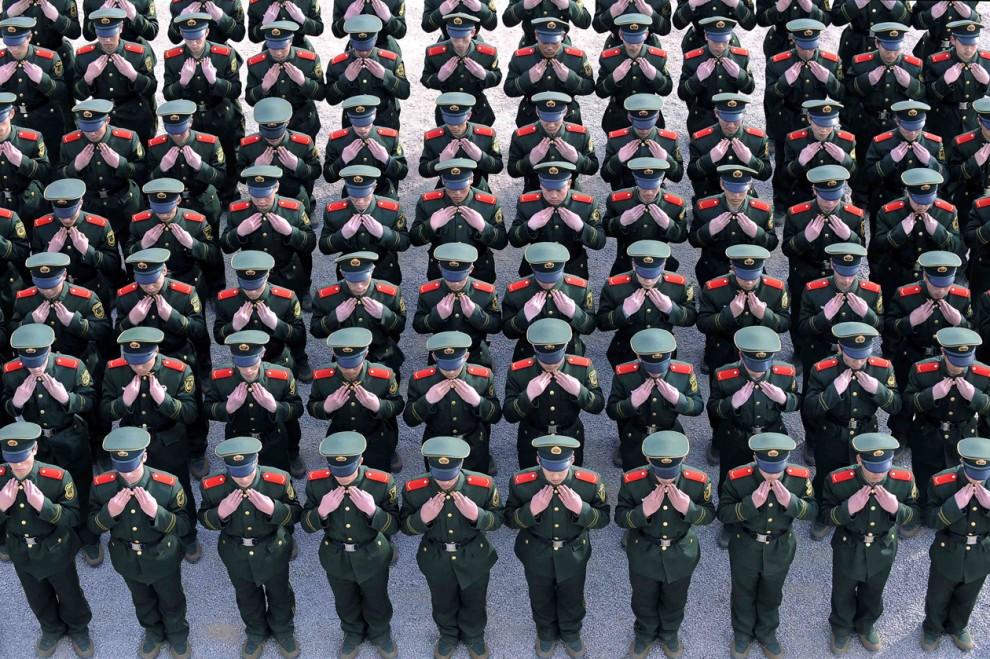 16) Новобранцы военизированной полиции поправляют свою форму во время учений в Тайюане, китайская провинция Шаньси. (Reuters)
