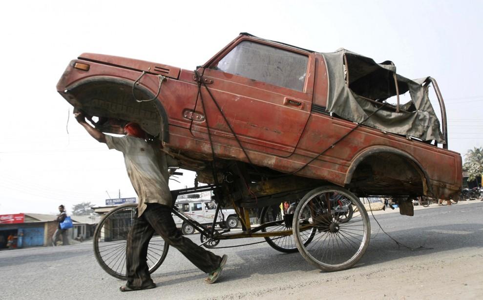 1) Рикша везет старый автомобиль на склад металлолома в индийском городе Силигури. (Rupak De Chowdhuri/Индия)