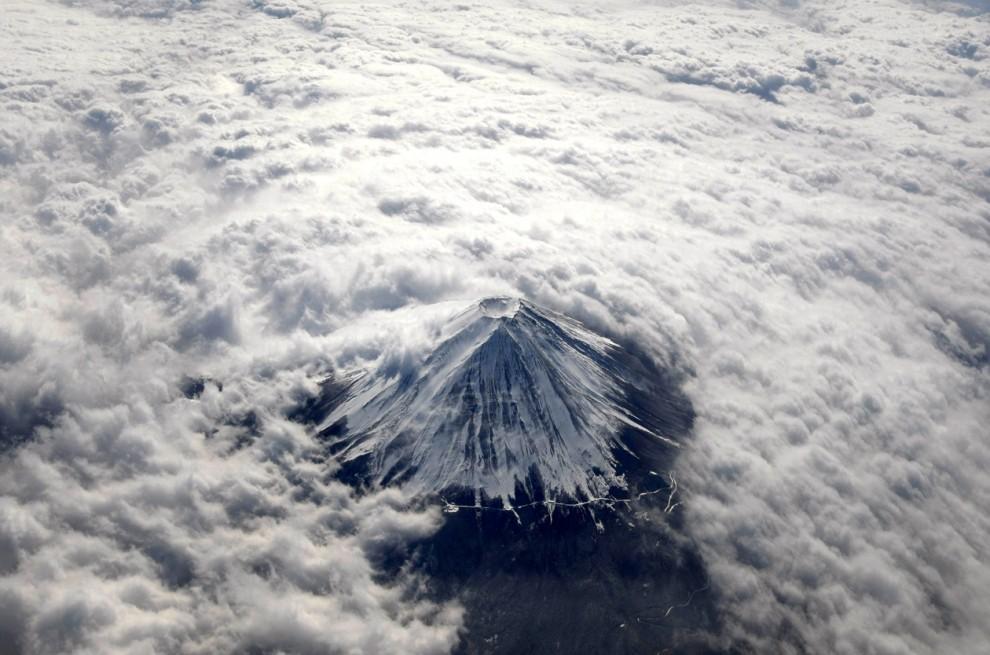 2) Вид на японскую гору Фудзи покрытую снегом и окруженную облаками. (Toru Hanai/Reuters)