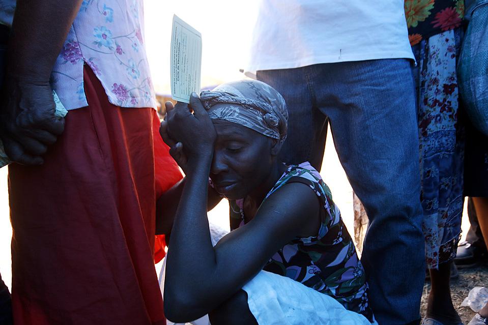 2. Люди собрались на стадионе в Порт-о-Пренс, чтобы сделать прививки против столбняка и дифтерии от Всемирной организации здравоохранения. (Sophia Paris/MINUSTAH via Getty Images)
