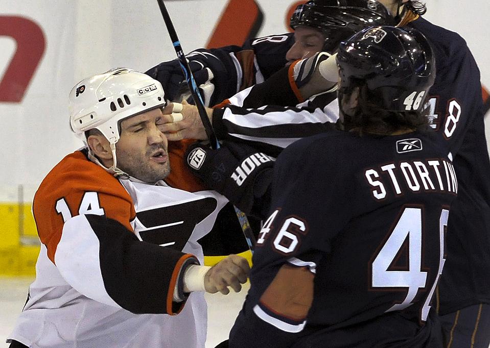 3. Рефери случайно ткнул в глаз игроку команды «Philadelphia Flyers» Яну Лаперриру (слева), пытаясь разнять его и Зака Стортини из «Edmonton Oilers» в Эдмонтоне, Канада. (Dan Riedlhuber/Reuters)