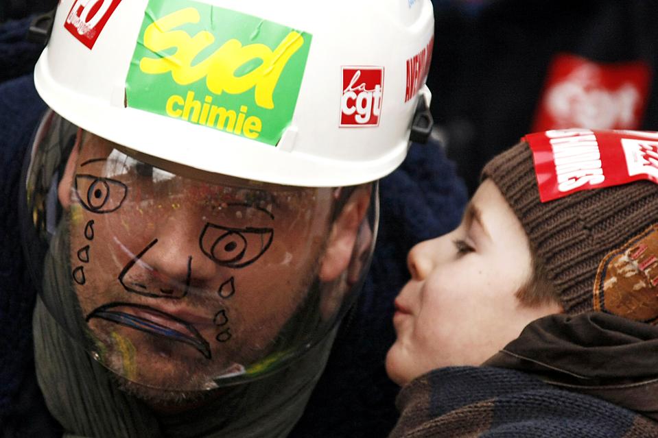 5. Сотрудник французской нефтяной фирмы-магната «Total» в шлеме с нарисованными слезами на щитке во время демонстрации в Дункирке. В Дункирке нет работы с сентября. (Michel Spingler/Associated Press)