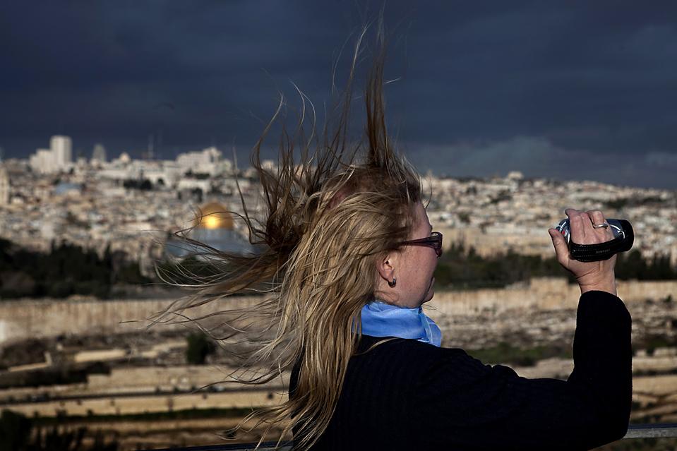 9. Туристка на горе Оливок, которая выходит на старый город Иерусалима и мечеть Куббат ас-Сахра. (Menahem Kahana/Agence France-Presse/Getty Images)