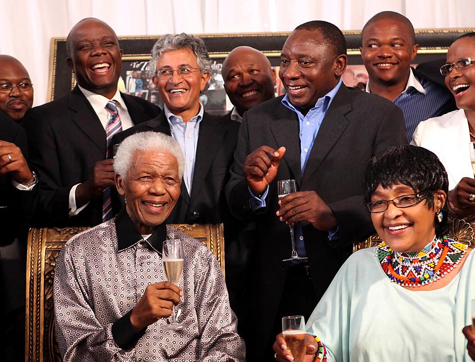 12. Бывший президент ЮАР Нельсон Мандела и его экс-супруга Вини Мадикизела-Мандела (внизу) празднуют с семьей и сторонниками 20-летнюю годовщину со дня освобождения Манделы из тюрьмы в Йоханнесбурге. (Debbi Yazbek/Zinc Media/Associated Press)