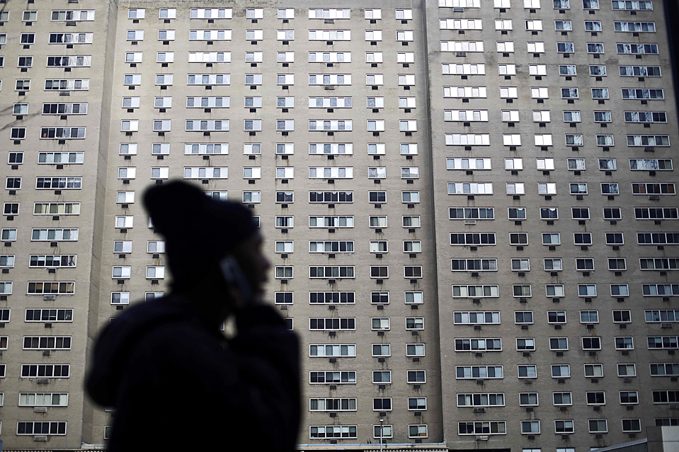 1. Девушка разговаривает по телефону, проходя мимо здания в Филадельфии морозным днем. (Matt Rourke/Associated Press)