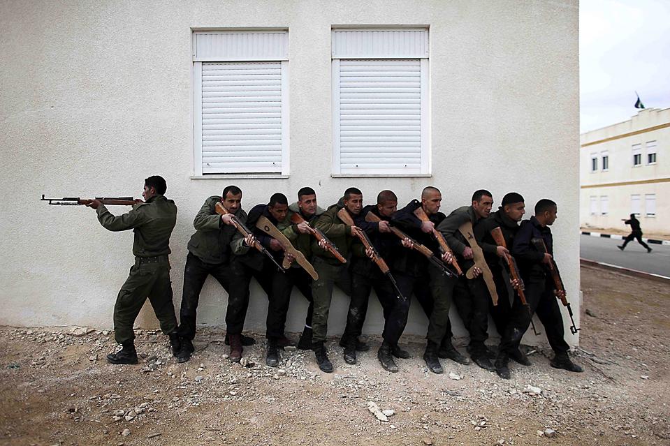 1. Палестинские кадеты тренируются с ненастоящим оружием на базе в Иерихоне, Западный берег реки Иордан. 17 июля в Палестине пройдут выборы в муниципальное управление. (Tara Todras-Whitehill/Associated Press)