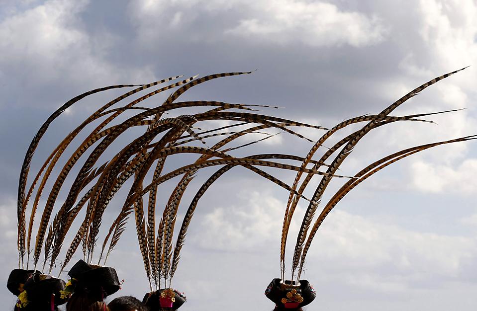2. Павлиньи перья на головных уборах артистов танцевальной академии Пекина развиваются на ветру во время парада на китайском фестивале весны в Валлетте, Мальта. (Darrin Zammit Lupi/Reuters)