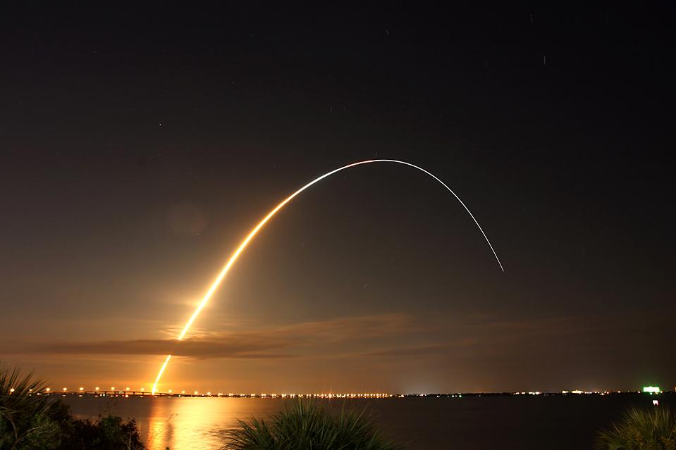 3. Космический шаттл «Endeavour» стартовал с космического центра имени Кеннеди на Мысе Канаверал, штат Флорида, с командой из шести человек на борту. Экипаж должен доставить запчасти на Международную космическую станцию. (Jon Bahr/European Pressphoto Agency)