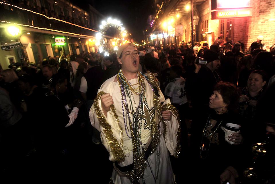 4. Фанат команды «New Orleans Saints» в костюме «Брисуса» на Бурбон Стрит празднует победу своей любимой команды в кубке Super Bowl над «Indianapolis Colts» со счетом 31-17. (David Rae Morris/European Pressphoto Agency)
