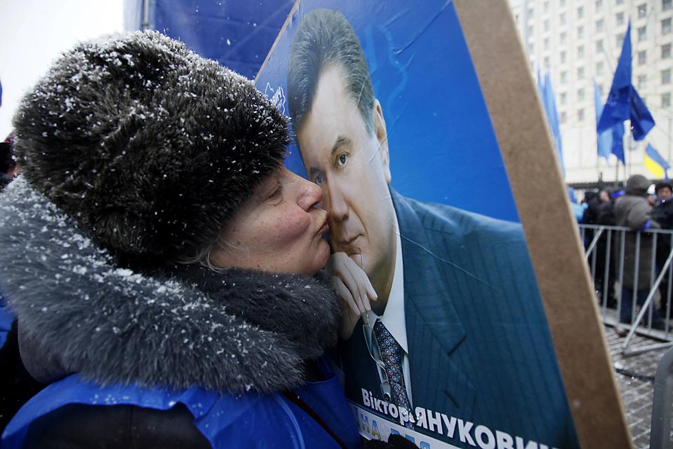 10. 54-летняя Вера Баранова – сторонница лидера украинской оппозиции и кандидата в президенты Виктора Януковича, целует его плакат во время митинга в Киеве. Почти завершенная проверка голосов говорит о том, что он, скорее всего, опередит премьер-министра Юлию Тимошенко и станет следующим президентом Украины. (Efrem Lukatsky/Associated Press)
