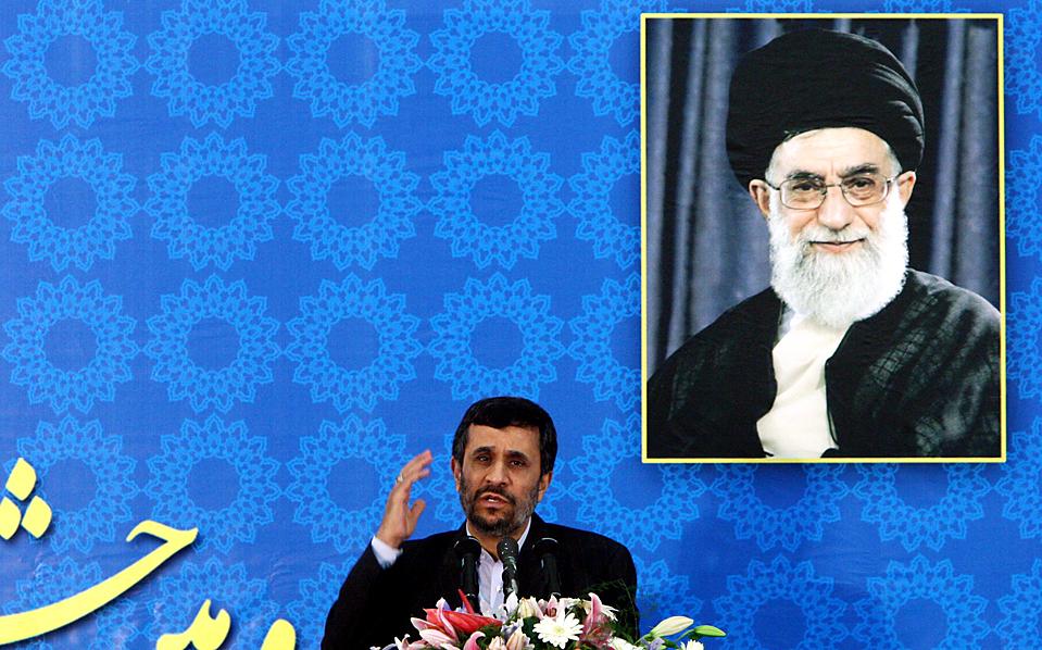 12. Иранский президент Махмуд Ахмадинеджан произносит речь на церемонии в Тегеране по поводу годовщины исламской революции. Он также объявил, что Иран увеличит объемы урана до 20%, отметив, что он будет использоваться только в исследовательских целях. (Abedin Taherkenareh/European Pressphoto Agency)