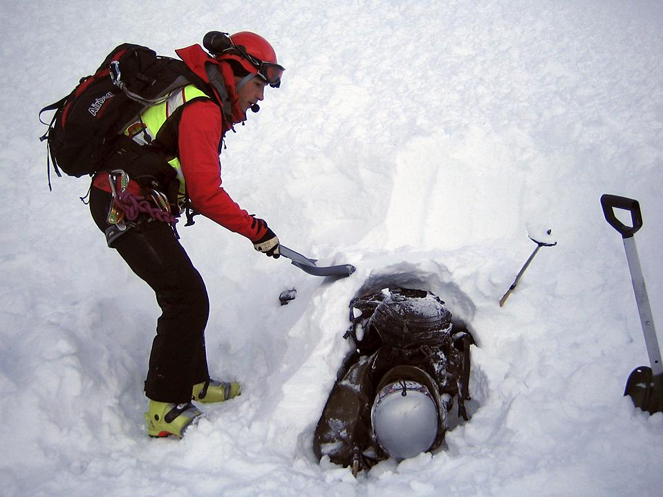 15. Спасатель откапывает 21-летнего мужчину на месте лавины в Эволене, Швейцария. Полиция говорит, что лыжника откопали лишь через 17 часов, но он выжил и получил лишь незначительное переохлаждение организма, а все потому, что рядом с ним оказался доступ к свежему воздуху. (Air Glaciers/Reuters)