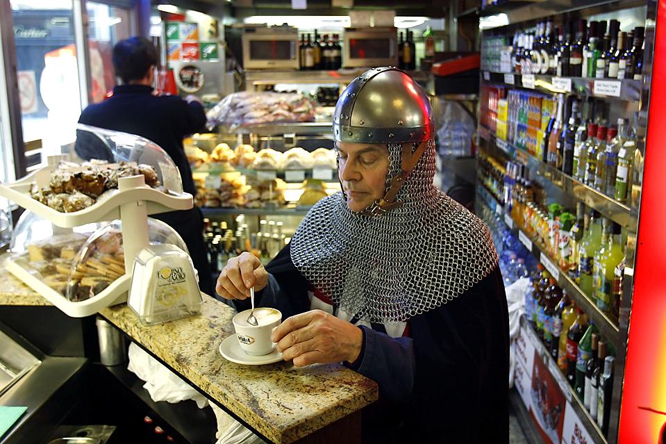 16. Участник карнавала в Венеции пьет капучино в магазинчике рядом с площадью святого Марка. (Max Rossi/Reuters)