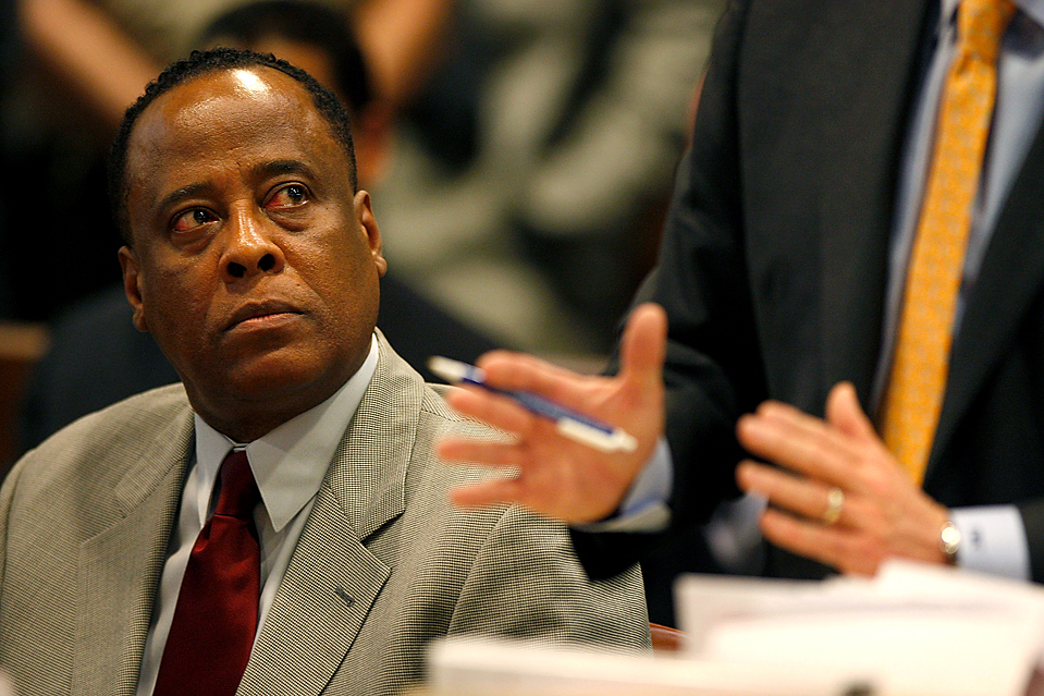 3. Доктор Конрада Мюррея отказался признать себя виновным в непредумышленном убийстве в суде в Лос-Анджелесе. Доктора Мюррея, которого отпустили под залог в 75 000 долларов, обвиняют в том, что он дал поп-легенде Майклу Джексону смертельную дозу успокоительного в июне 2009 года. Если доктора Мюррея признают виновным, ему грозит срок до 4 лет тюрьмы. (Mark Boster/Getty Images)