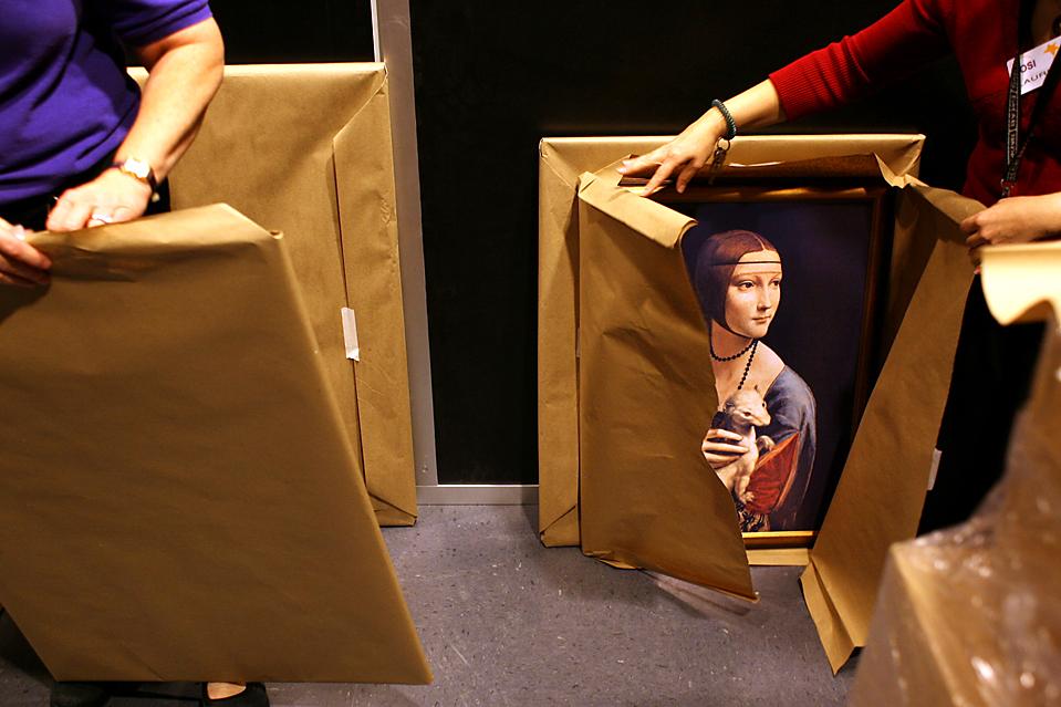 5. Работники сувенирного магазина при музее науки и индустрии разворачивают работы Леонардо да Винчи, включая знаменитую «Даму с горностаем», чтобы выставить ее на продажу в Тампе, штат Флорида. В музее пройдет выставка работ да Винчи. (Stephen J. Coddington/St. Petersburg Times/ZUMA Press)