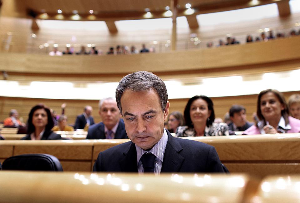 6. Премьер-министр Испании Хосе Луис Родригес Запатеро на заседании испанского сената в Мадриде. Испания заявила о продлении платежей  безработным еще на полгода. (Arturo Rodriguez/Associated Press)