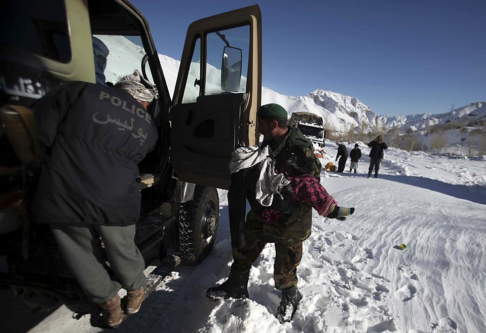 8. Солдат эвакуирует ребенка с места схождения лавины на перевале Саланг в Афганистане. Более 60 человек могли погибнуть и еще более 100 пострадать в результате схода лавины с гор вдоль главной дороги. Около 2500 человек были эвакуированы с застрявших в снегу автомобилей. (Altaf Qadri/Associated Press)
