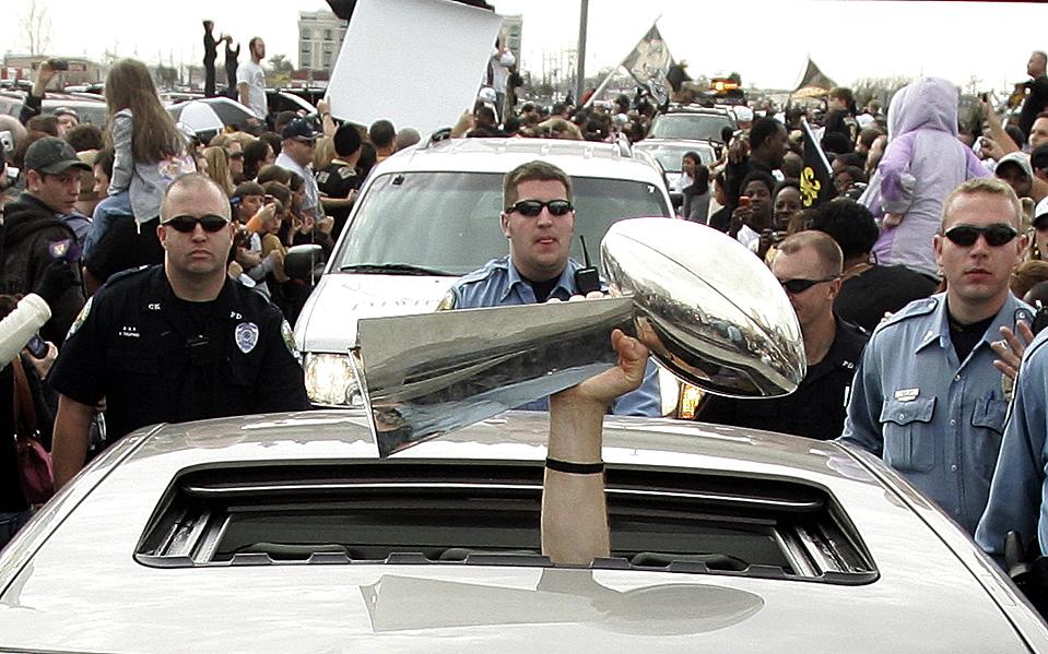 9. Тренер футбольной команды «New Orleans Saints» Шон Пэйтон держит трофей «Vince Lombardi Trophy» в люке автомобиля в Кеннеле, штат Луизиана. «New Orleans Saints» выиграли Суперкубок, обыграв команду «Indianapolis Colts» со счетом 31-17. (Patrick Semansky/Associated Press)