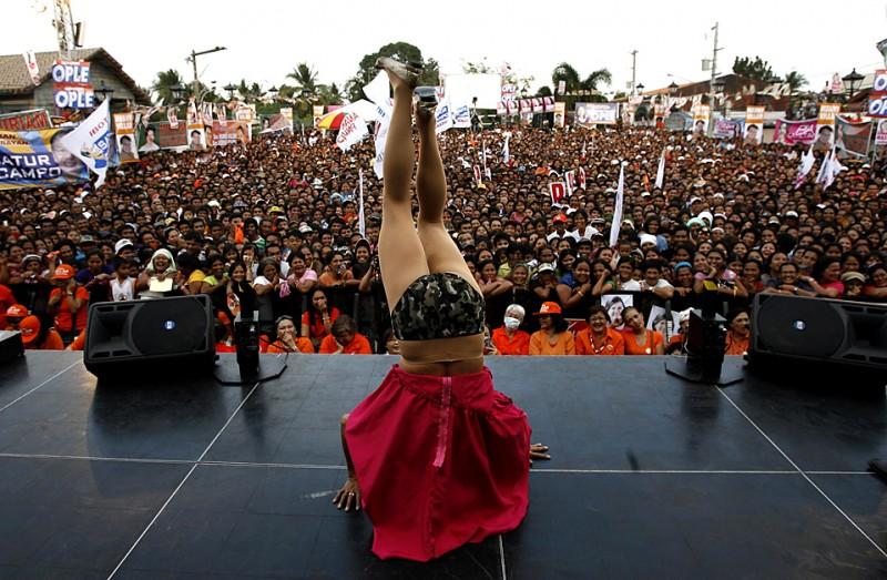 10. Артист развлекает сторонников кандидата в президенты Филиппин сенатора Мэнни Виллара во время митинга в Каламбе. Выборы пройдут в мае. (Erik de Castro/Reuters)