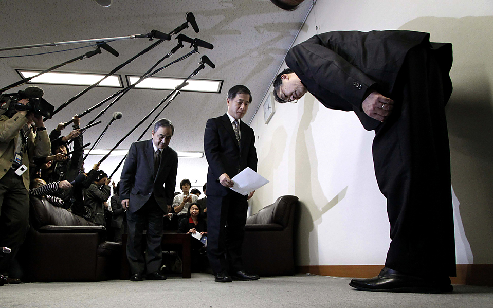 11. Управляющий директор «Toyota Motor Corp.» Юджи Йокояма (справа) кланяется, подав необходимые документы, в министерстве транспорта в Токио. Из-за проблем с незаклинивающими тормозами компания «Toyota» отзывает выпуск почти полумиллиона своих автомобилей. (Toru Hanai/Reuters)