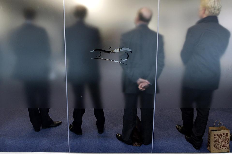 12. Голландский производитель спортивных автомобилей «Spyker» проводит пресс-конференцию в Ковентри, Англия, чтобы объявить о запуске процесса сборки своего нового автомобиля «Aileron» на заводе в Зеевольде, Нидерланды. (Darren Staples/Reuters)