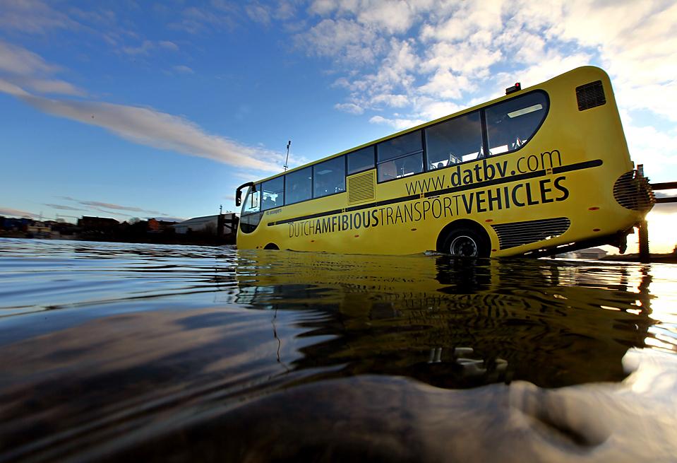 14. Морской автобус был протестирован в реке Клайд в Глазго. Сделанный в Голландии автобус, может, наконец, заменить паромы на местных водных каналах. (Jeff J. Mitchell/Getty Images)