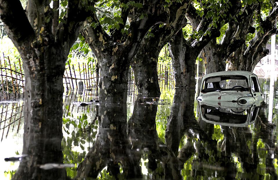 15. Автомобиль на затопленной улице в Дуразно, Уругвай. Согласно информации местных СМИ, сильные ливни стали причиной эвакуации местных жителей. (Matilde Campodonico/Associated Press)