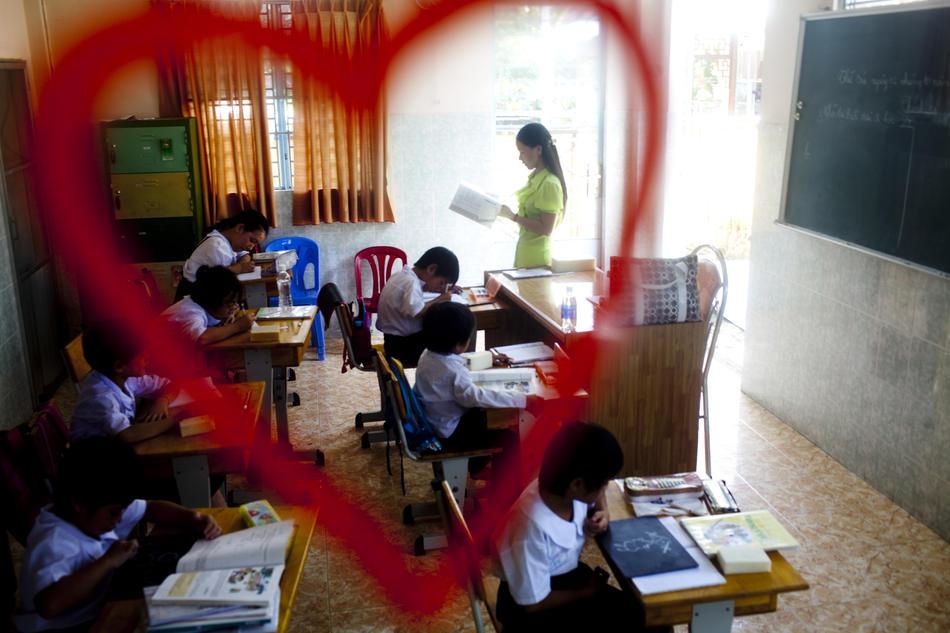 2. Ученики в приюте Маи Хоа. Хотя во Вьетнаме процент населения, зараженного ВИЧ, относительно низок, работники здравоохранения предостерегают, что ближайшие несколько лет будут иметь решающее значение в сдерживании болезни. (Justin Mott/The New York Times)