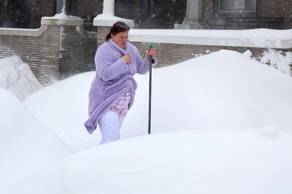 3. Бонни Килби закрывается от ветра и снега, возвращаясь к себе в дом в Ланкастере, штат Пенсильвания. Она помогала соседке расчистить снег с крыльца ее дома. (Carolyn Kaster/Associated Press)