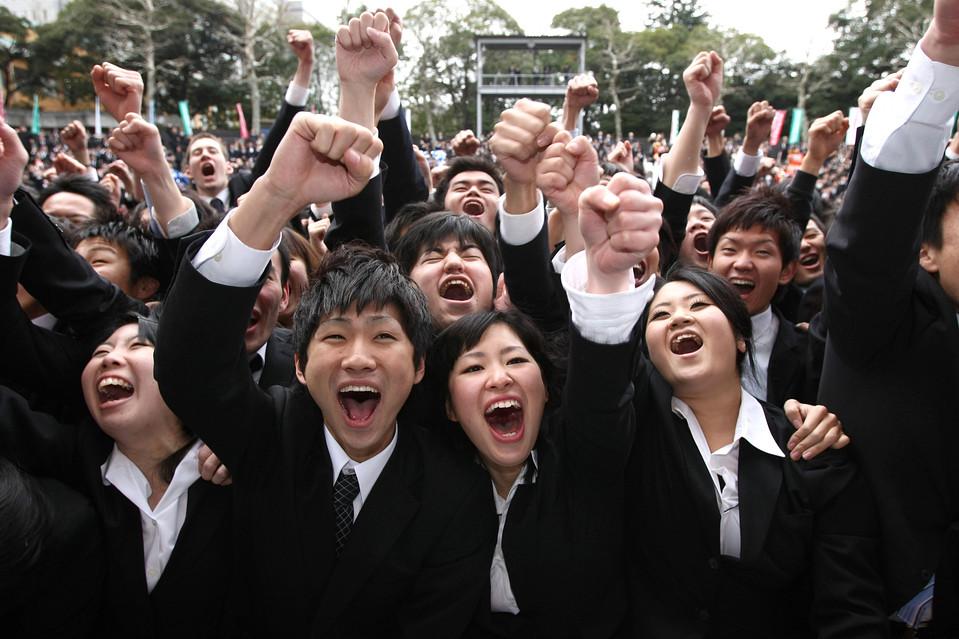 4. Более 1000 студентов из японских бизнес-школ пришли на собрание по поднятию самооценки и мотивации, чтобы подготовить себя к поиску работы. (Hitoshi Yamada/ZUMA Press)