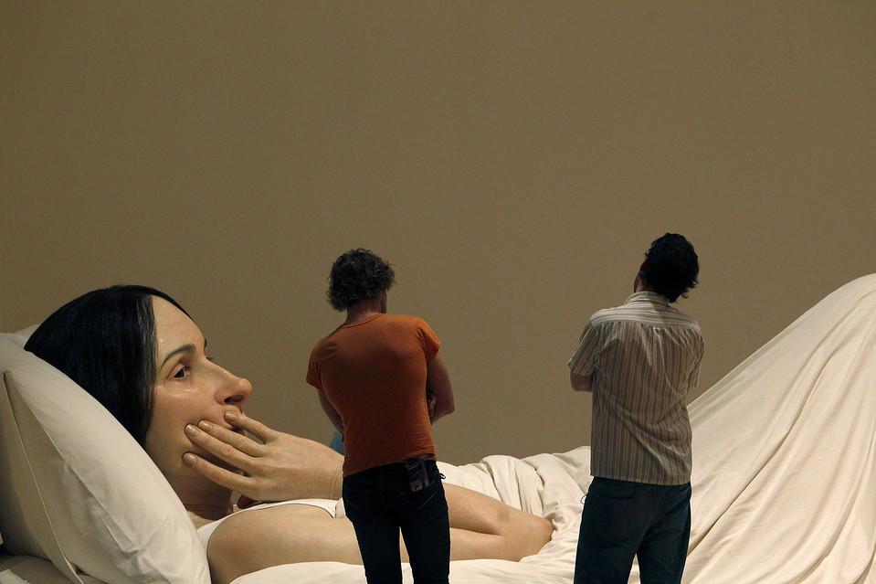 5. Люди смотрят на скульптуру «В постели» австралийца Рона Муэка в Национальной галерее Виктории в Мельбурне. (Mick Tsikas/Reuters)
