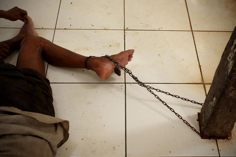 7. Пациента привязали к столбу в психиатрической больнице в индонезийском городе Бекаси. (Ulet Ifansasti/Getty Images)