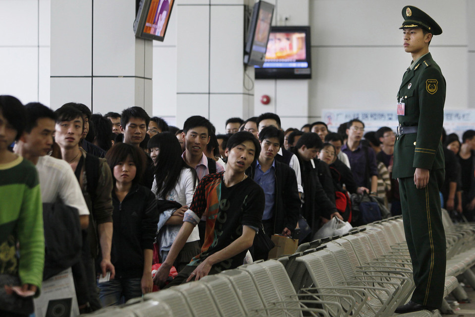 10. Пассажиры ждут посадки на поезд на станции в Гуанчжоу. Миллионы китайцев воспользуются услугами железной дороги во время ежегодного фестиваля весны. (Kin Cheung/Associated Press)