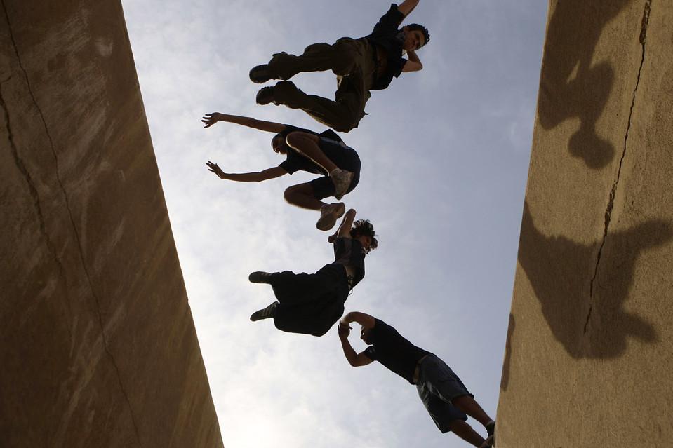11. Группа паркурщиков выделывает трюки в Каире. Паркур – физическая дисциплина, в результате которой паркурщики учатся преодолевать препятствия, используя лишь свои тела, – прыгать, вскарабкиваться, бегать. (Tarek Mostafa/Reuters)