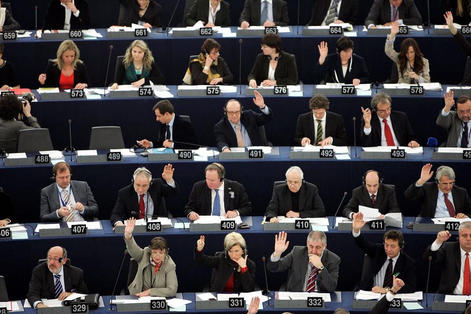 12. Члены европейского парламента голосуют по вопросам, связанным с Ираном, Йеменом и Гаити, во время заседания в Страсбурге. (Cugnot Mathieu/European Pressphoto Agency)
